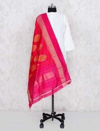 美丽的洋红色丝绸dupatta