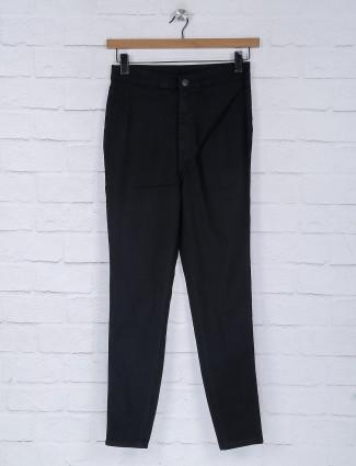 Black solid denim skinny fit jeans