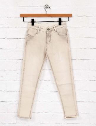 乌木色水洗奶油色牛仔裤