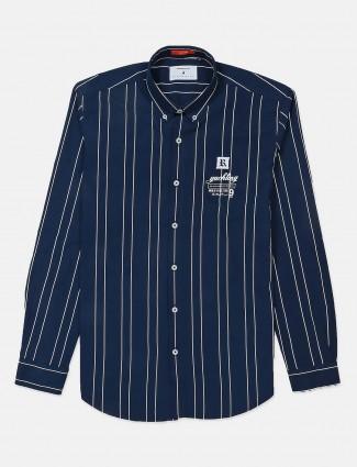 河蓝色海军条纹系扣的衬衫